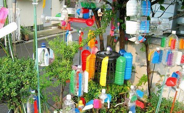 Украшение участка декорациями из бутылок
