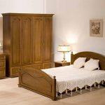 Уютная спальня с мебелью из дуба