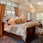 Высокая деревянная кровать для загородного дома