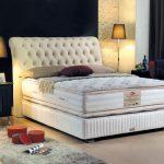 Высокая кровать с мягкой спинкой