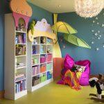 Яркая полка для книг и игрушек в детскую