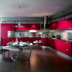 Яркая современная кухня с разными видами освещения