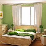 Зеленая спальня с кроватью у окна