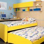 Желтая выдвижная кровать для двоих детей