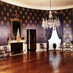 Барочный дизайн гостиной в темно-фиолетовом, белом и золотом