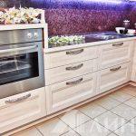 Белая угловая кухня с духовкой на высокой тумбе