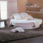 Белоснежный диван-кровать для стильной спальни