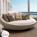 Белый диван на открытой терассе