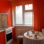 Белый круглый столик в яркой кухне