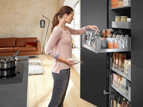 Большой высоки шкаф на кухне для хранения
