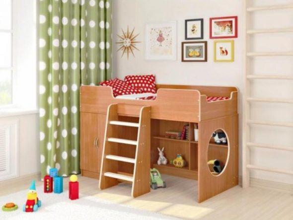 Деревянная кровать с шкафчиком и полками