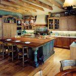 Деревянная кухня под старину с островом посредине