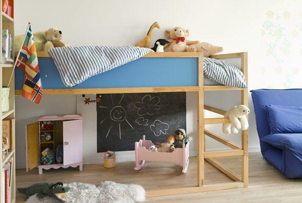 Деревянная невысокая кровать-чердак