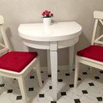 Деревянный полукруглый стол и мягкие стулья