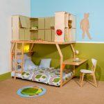 Детская кровать с расположением внизу и шкафчиками на чердаке