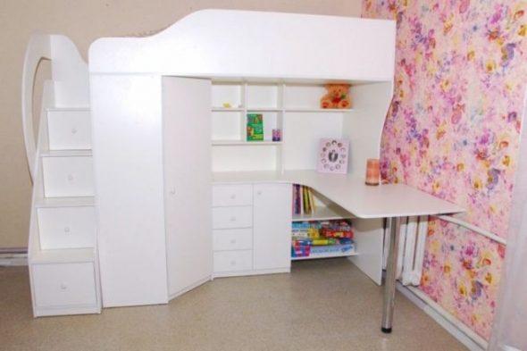 Белая кровать-чердак , шкаф и письменный стол