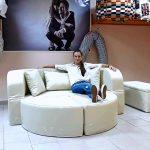 Девушка на круглом диване
