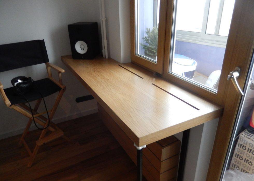 стол подоконник дома