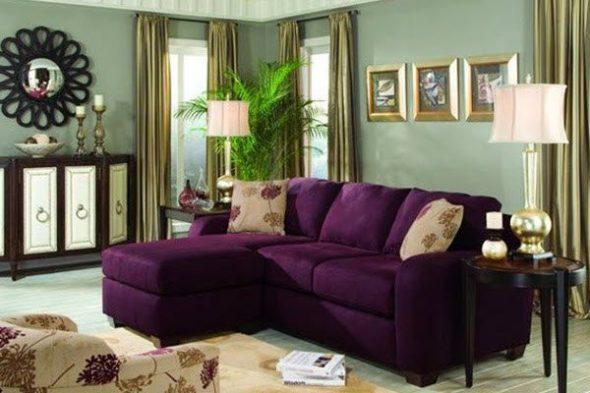 Фиолетовый диван для уютной гостиной