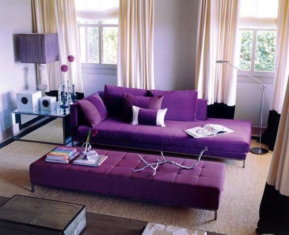 Фиолетовый диван с мягкой фиолетовой кушеткой