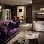 Фиолетовый диван — яркий элемент гостиной