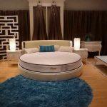 Интерьер большой спальни с круглой кроватью