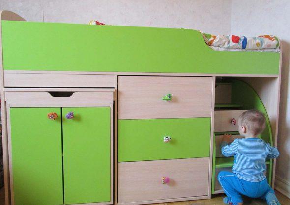 Кровать-чердак зеленого цвета