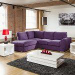 Комната в стиле лофт с ярким диваном