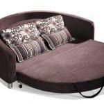 Коричневый диван-кровать в разложенном виде