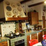 Красивая и оригинальная кухня из дерева