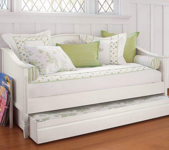 Красивый белый диван с дополнительным спальным местом