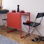 Красный раскладной стол и складывающиеся стулья для небольшой кухни