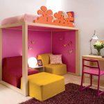 Кровать чердак с диваном внизу в спальне девочки