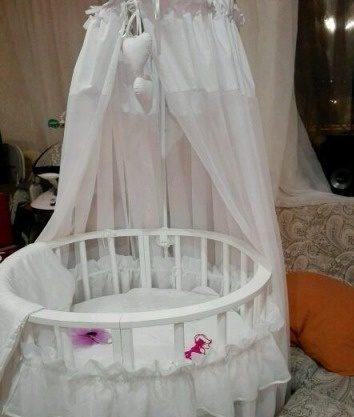 Круглая белая кровать с балдахином