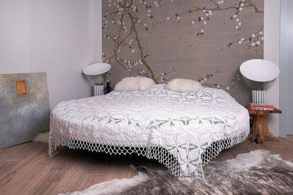 Круглая кровать с ажурной накидкой