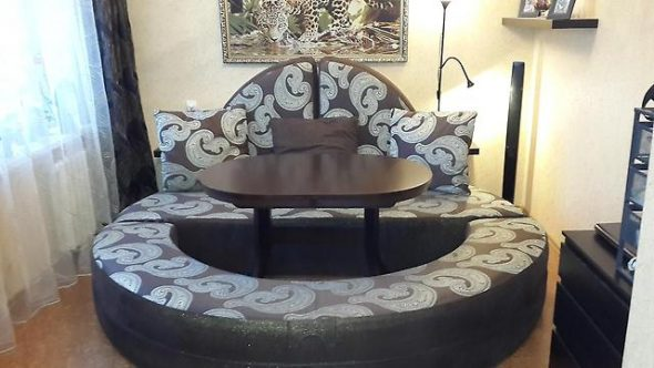 Круглый бескаркасный диван-кровать для удобного расположения гостей