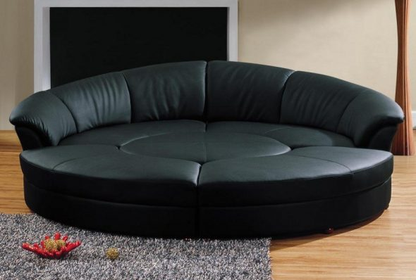 Круглый диван-кровать трансформируется в отдельные сидячие места и столик