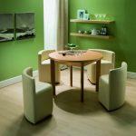 Круглый стол со стульями необычной формы