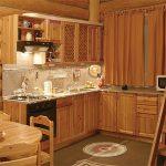 Кухня из сосны в деревянном доме