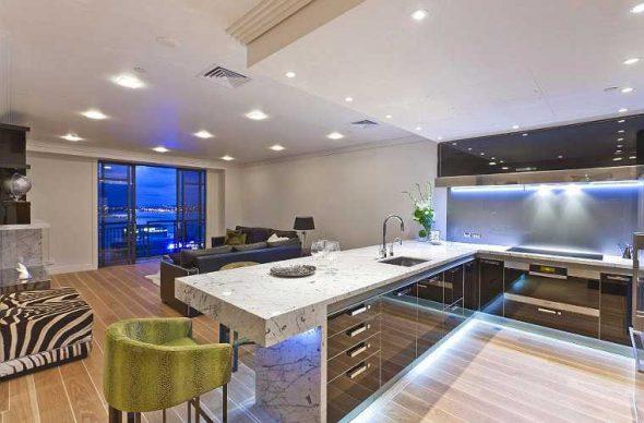 Кухня, совмещенная с гостиной в стиле хай-тек