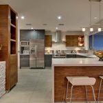 Кухонная мебель сочетает белый и ореховый в интерьере