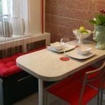 Кухонная мебель в углу маленькой кухни