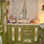 Кухонный гарнитур зеленого цвета с декупажем