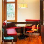 Кухонный уголок со столом в форме капельки