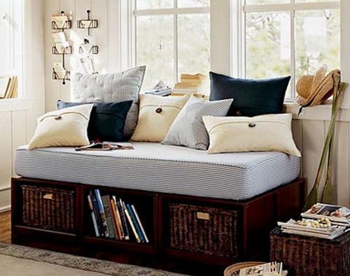 Кушетка с подушками