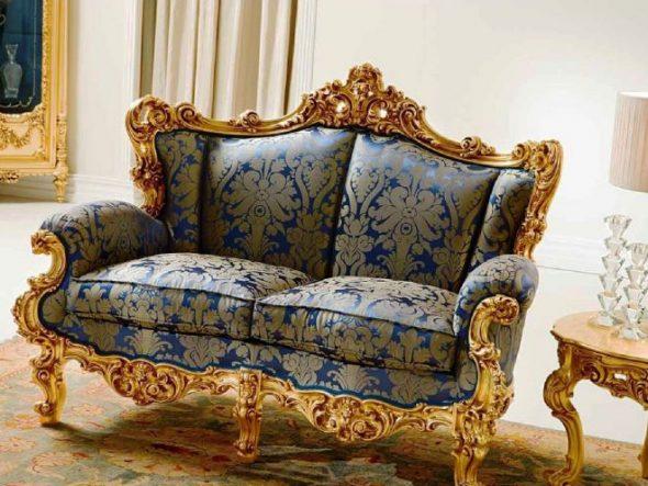 Маленький диванчик с позолотой