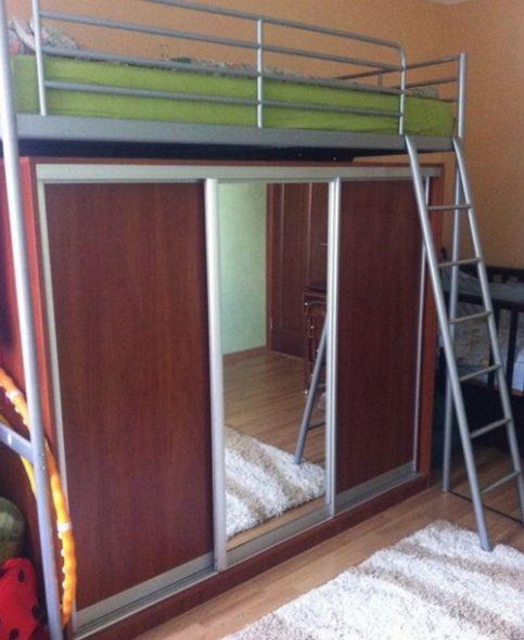 Металлическая кровать над шкафом-купе