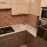Микроволновая печь и духовой шкаф в пенале на угловой кухне