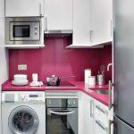 Миниатюрная кухня с встроенным шкафом, машинкой и варочной поверхностью