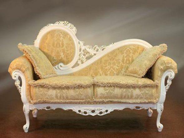 Небольшой мягкий диванчик в стиле барокко